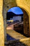 Stari de Meeste ingang van de brugoverwelfde galerij, Mostar, Bosnië-Herzegovina stock foto's