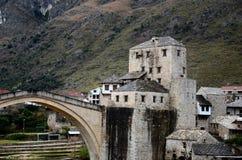 Stari die meiste Osmanebrücken- und -dammverstärkung Mostar Bosnien-Herzegowina Lizenzfreie Stockfotos