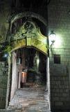 Stari grad-Ingang aan de vesting 's nachts - de Oude Stad van Kotor royalty-vrije stock foto