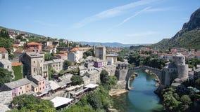 Stari het meest is een herbouwde brug van de de 16de eeuwottomane in de stad van Mostar in Bosnië-Herzegovina origineel betekend  stock fotografie