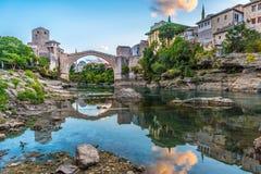 Stari mest bro på soluppgång i Mostar, Bosnien royaltyfri foto
