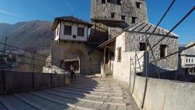 Stari mest gammal bro är en byggd om för århundradeottoman för th 16 bro i staden av Mostar i Bosnien som korsar floden Neretva a stock video