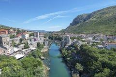 Stari più è un ponte del XVI secolo ricostruito dell'ottomano nella città di Mostar in Bosnia-Erzegovina che l'originale ha corri fotografia stock libera da diritti
