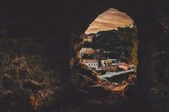 STARI-STÅNG, MONTENEGRO - September, 2016: Den gamla stadssikten från forntida fördärvar av fästning fönsterbegrepp, solnedgång Arkivfoton