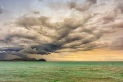 Stark åskväder på stranden av Mallorca arkivbild