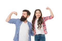 Stark als mein Vater Kinder- und des Vatisbeste Freunde zeigen Bizepsgeste Elternschaft und Kindheit Vatertagskonzept lizenzfreie stockfotos