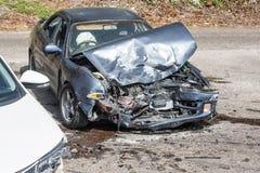 Stark beschädigtes Kraftfahrzeug als resuslt eines Zusammenstoßes Lizenzfreie Stockbilder