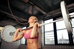 Stark Bodybuildingkvinnlig Royaltyfri Bild