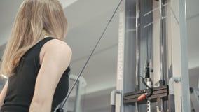 Stark flickagenomkörare med idrottshallsimulatorn för muskler i 4K lager videofilmer