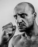 Stark, ful och ilsken man som skakar näven Fotografering för Bildbyråer