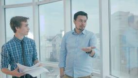 Stark-gewillt gewesener Büroangestellter ermüdete vom wütenden Direktornwurfspapier herein, um glückliches für beendigt zu beherr stock video footage