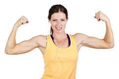 Stark härlig kvinna som böjer biceps Royaltyfria Bilder