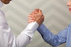 Stark handskakning av fadern och sonen Arkivfoto