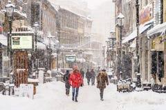 Stark häftig snöstormstormbeläggning snöar in centret av den Bucharest staden Arkivbild