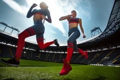 Stark idrotts- kvinnasprinter som kör på stadion som bär i sportswear Kondition- och sportmotivation Löparebegrepp fotografering för bildbyråer