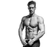 Stark idrotts- man som visar abs för muskulös kropp och sixpack Arkivfoto