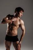 Stark idrotts- man som visar abs för muskulös kropp och sixpack Showi Royaltyfri Bild