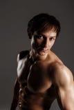 Stark idrotts- man som visar abs för muskulös kropp och sixpack Showi Arkivbilder