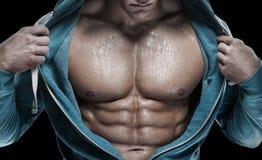 Stark idrotts- man som visar sex packeabs closeup royaltyfri foto