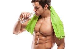 Stark idrotts- mankonditionmodell som dricker sötvatten Royaltyfria Foton