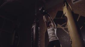 Stark koncentrerad lyftande kettlebell för ung kvinna arkivfilmer