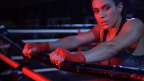 Stark konditionkvinna för brunett på idrottshallen stock video
