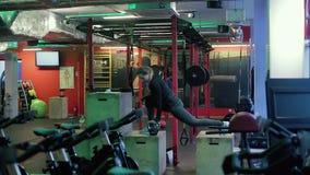 Stark konditionkvinna för brunett som gör Squats i idrottshall arkivfilmer