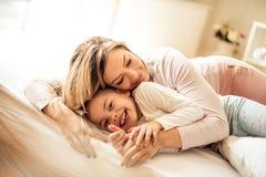 Stark kram för mammor royaltyfri bild
