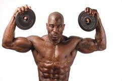 Stark kroppsbyggareman med den perfekta abs, skuldror, biceps, triceps och bröstkorgen Arkivbilder