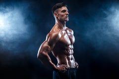 Stark kroppsbyggareman med perfekt abs, skuldror, biceps, triceps, bröstkorg Royaltyfria Bilder