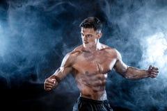 Stark kroppsbyggareman med perfekt abs, skuldror, biceps, triceps, bröstkorg Royaltyfri Foto