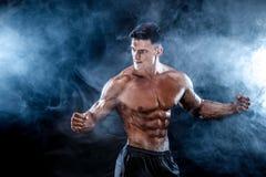 Stark kroppsbyggareman med perfekt abs, skuldror, biceps, triceps, bröstkorg Royaltyfri Bild