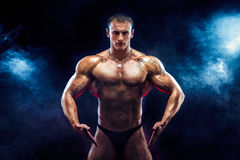 Stark kroppsbyggareman med perfekt abs, skuldror, biceps, triceps, bröstkorg Royaltyfria Foton