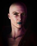 stark kvinna för skallig futuristic ståendesci för fi Arkivbild