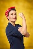 Stark kvinna gripen hårt om nävewomanpower Arkivbild