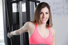 Stark kvinnatyngdlyftning på se för idrottshall Royaltyfria Foton
