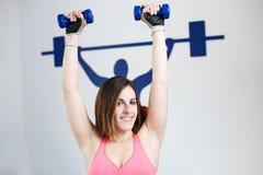 Stark kvinnatyngdlyftning på se för idrottshall Royaltyfria Bilder