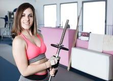 Stark kvinnatyngdlyftning på se för idrottshall Fotografering för Bildbyråer