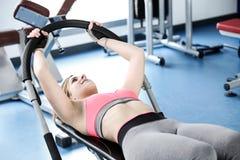Stark kvinnatyngdlyftning på se för idrottshall Arkivfoton