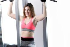 Stark kvinnatyngdlyftning på se för idrottshall Arkivbild