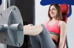 Stark kvinnatyngdlyftning på se för idrottshall Royaltyfri Fotografi