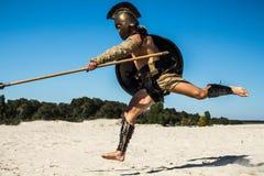 Stark legionär` s lägger benen på ryggen i ett hopp på motståndaren royaltyfria bilder