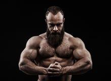 Stark man med perfekta abs, skuldror, biceps, triceps och ches Arkivbild