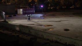 Stark man som gör övningar med skivstången på gataFN-natten Fattande - skivstångbänkpress stock video