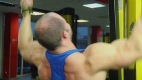 Stark manlig idrottsman nen som hårt arbetar för att bygga den sunda muskulösa kroppen, aktiv utbildning stock video