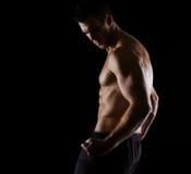 Stark muskulös idrottsman nen som poserar på black royaltyfri bild