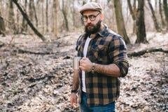 Stark skogsarbetare som arbetar i skogen royaltyfri fotografi