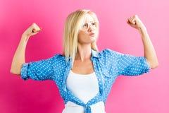 Stark ung kvinna på rosa bakgrund Fotografering för Bildbyråer