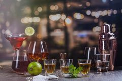 Starka alkoholdrinkar i st?ng arkivfoto