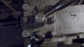 Starka arbete-slitna händer skruva av med en skiftnyckelbult Godan för dig kameran är statisk, två plan arkivfilmer